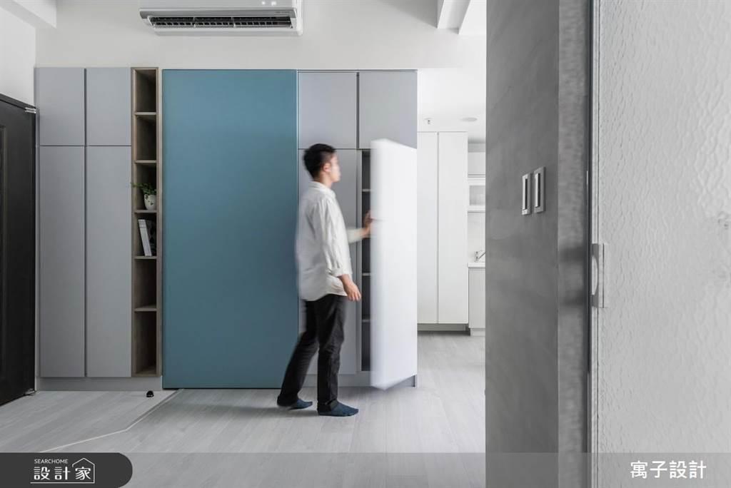 在13坪有限的空間裡,利用門口處的多功能玄關櫃將大部分公共區域的收納機能整合起來,透過藍色、灰色與木紋做出層次變化。(圖片提供/寓子設計)