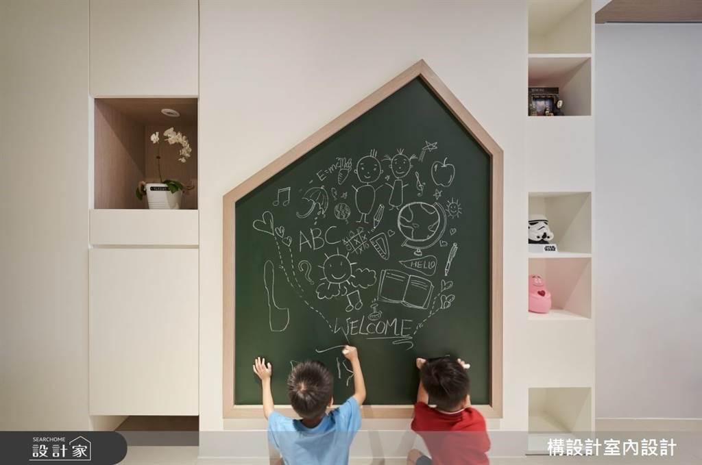 針對擁有長型廊道的小坪宅,不妨嘗試在玄關創造一個孩子的塗鴉天地,不一定要將遊戲區侷限在客廳或臥室裡。玄關櫃除了收納鞋子之外也能擺放玩具。(圖片提供/構設計室內設計)