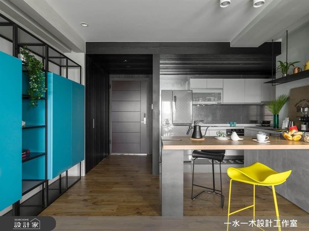 為保留玄關的寬敞感,利用一整面的造型收納設計來補足玄關收納的空間,鐵件與櫃體結合搭配漸變的藍色,讓收納牆成為家中焦點。(圖片提供/一水一木工作室)