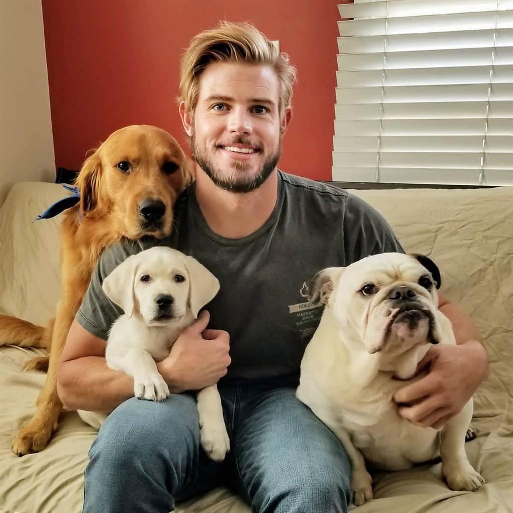 崔佛‧多諾萬也是1位愛狗人士。(崔佛‧多諾萬Twitter)