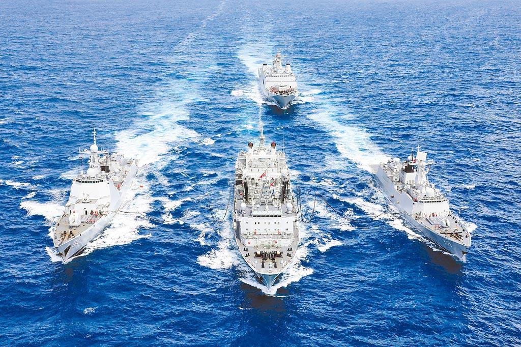 一旦中共侵台,美國究竟會不會出兵保護台灣?美媒分析,華盛頓確實有明確承諾出兵協防台灣的聲音,但實際上不太可能發生,美國未必有捍衛台灣的意願或能力。圖為執行遠海訓練任務的中國海軍合肥艦編隊。(新華社)