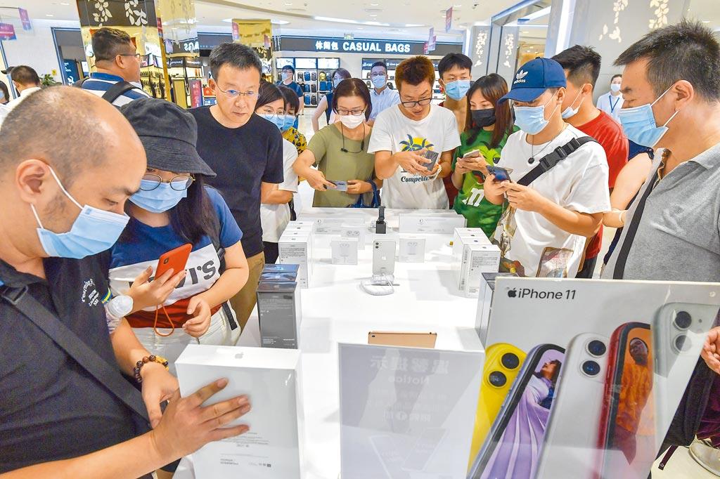 海口日月廣場免稅店蘋果手機專櫃吸引消費者。(中新社資料照片)