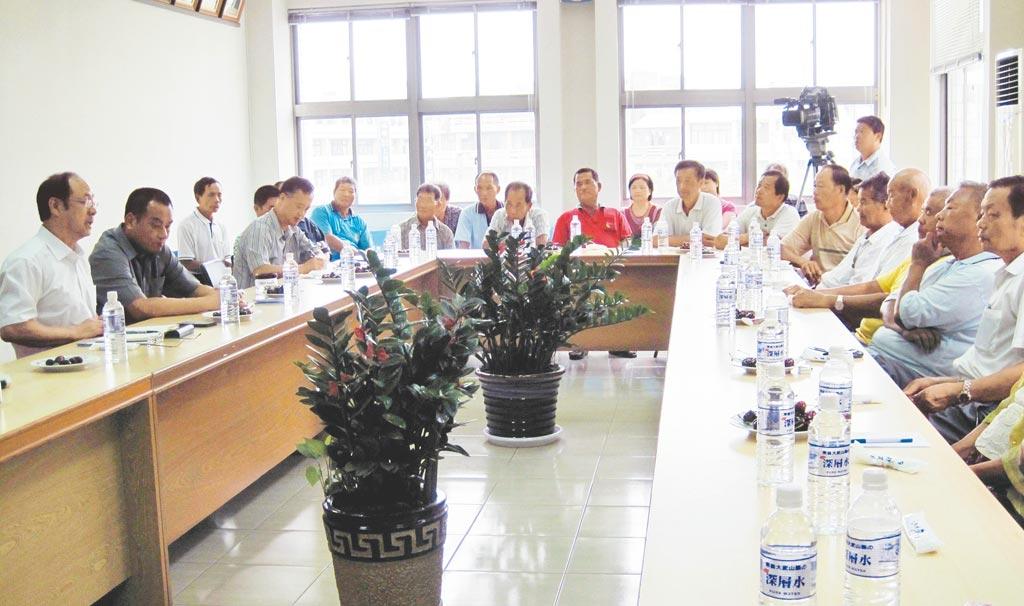 2010年8月大陸國台辦副主任鄭立中(左1),訪學甲與漁民座談,了解業者困境,促成學甲與上海水產集團契作養殖。(本報系資料照片)