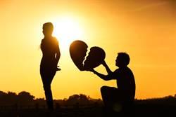 冷看女友賣母遺物為籌錢 軟飯男婚前自曝驚人家世