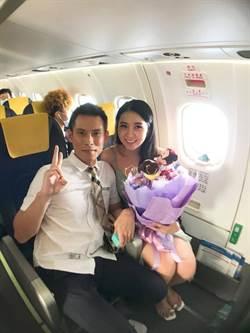 華信航空高空搭鵲橋 旅客搶在七夕求婚成功