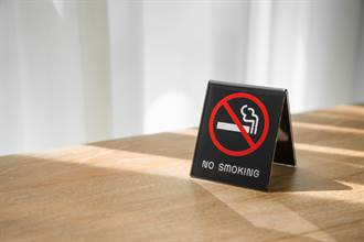 餐廳霸氣貼8字禁菸公告 全場力挺:超有種