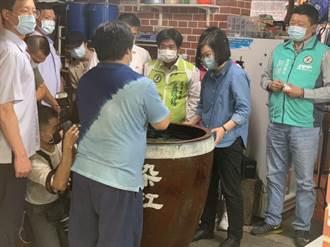 蔡英文參訪三峽老街 面對「到底是誰在卑躬屈膝」笑而不語