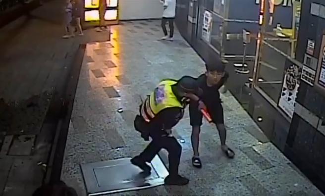 男囂張嗆警「我剛關出來」路人看不慣互毆警也遭K頭。(圖/戴志揚翻攝畫面)
