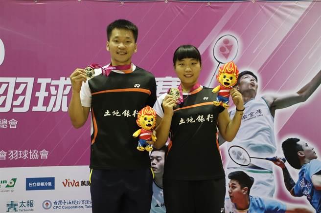 109年第二次全國羽球排名賽混雙冠軍李洋、李芷蓁。(中華羽協提供)