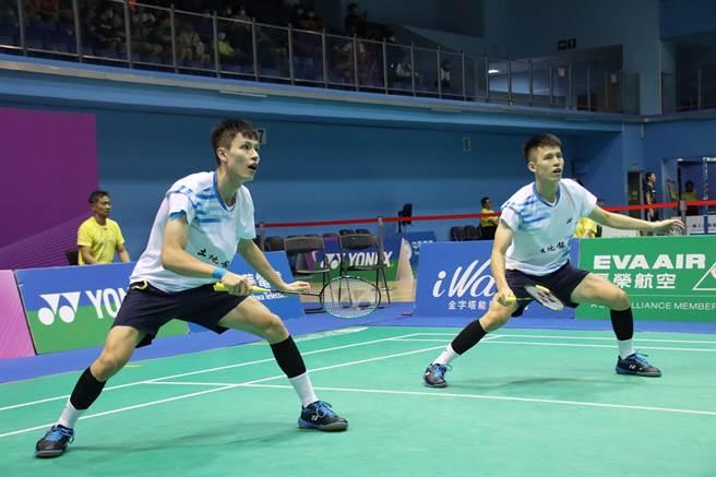 109年第二次全國羽球排名賽男雙冠軍李芳任、李芳至。(中華羽協提供)
