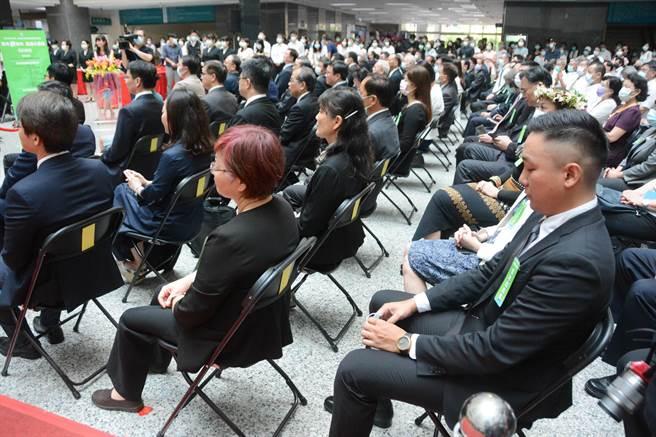 高雄市長陳其邁24日就職,台下多位局處首長也沒戴口罩,但市府衛生局認為密切接觸風險為違反中央規定,不考慮裁處。(林宏聰攝)