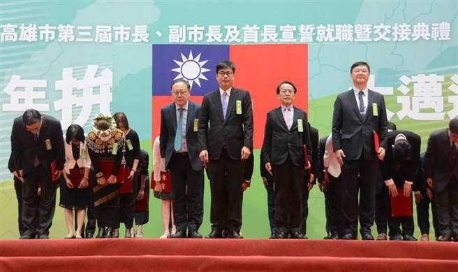 高雄市長陳其邁24日就職,典禮會場多人未戴口罩。(林宏聰攝)