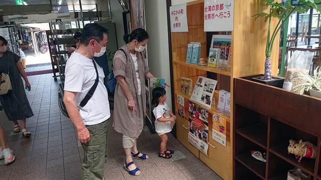 台南市政府在日本友誼市辦理「迷你文宣展」,提供台南市最新最夯的旅遊資訊。(市府提供/洪榮志台南傳真)