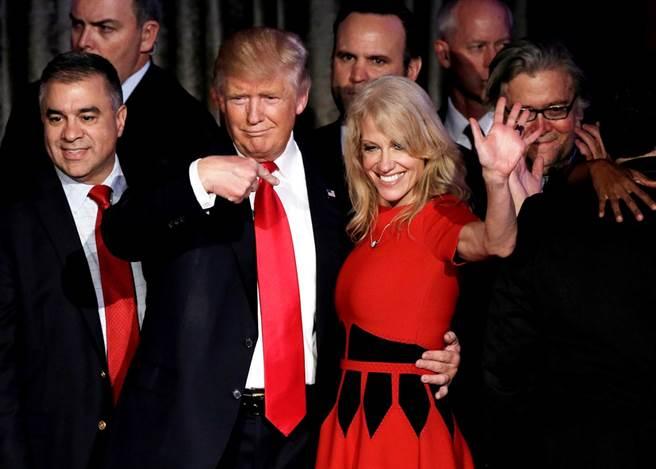凱莉安.康威(Kellyanne Conway)是美國總統川普最親密的盟友,同時也是最凶悍的捍衛者之一,曾在2016年擔任川普陣營的競選總幹事,成功帶領川普入主白宮。圖為兩人於2016年在造勢活動上的合影畫面。(資料照/路透社)