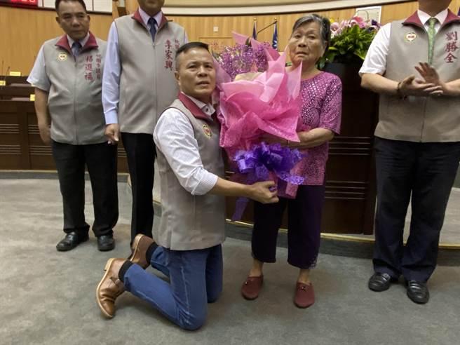 段樹文6月24日宣誓就職,下跪獻花給媽媽。(蔡依珍攝)