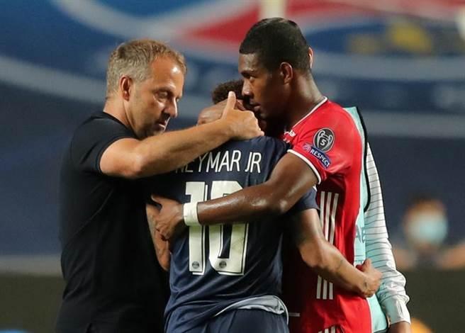 拜仁慕尼黑阿拉巴(右)與總教練弗里克賽後擁抱安慰內馬。(路透)