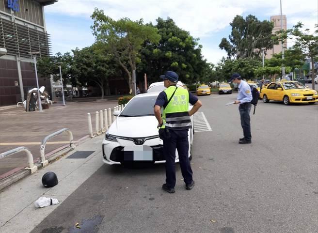 監理站會同警方加強取締白牌計程車。(苗栗監理站提供/謝明俊苗栗傳真)