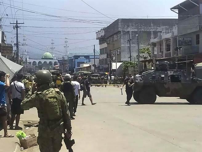 菲律賓南部蘇祿省首府和魯市24日中午發生兩起爆炸,造成多人死傷。(圖/美聯社)