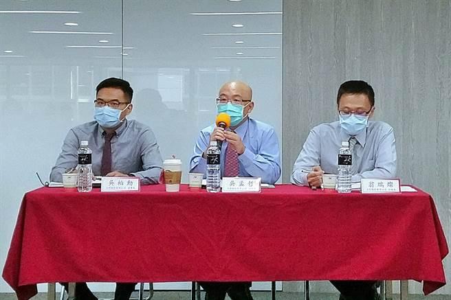 韓式連鎖餐飲集團豆府24日應邀召開法說,左起為董事長吳柏勳、總經理吳孟哲、財務長翁瑞燦。(記者林資傑攝)