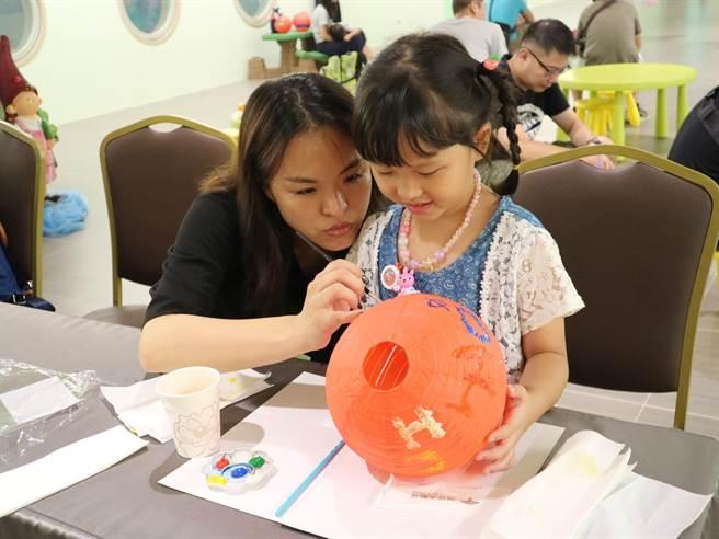 造型燈籠DIY,提自己手作燈籠,專業活動員陪您團園賞月。(麗寶福容大飯店提供/陳淑娥台中傳真)