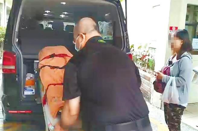 台中市3歲男童疑受虐死亡,遺體由醫院移往殯儀館。(資料照片/陳淑芬台中傳真)