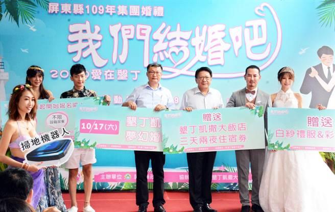 趁著台灣疫情趨緩,屏縣府選在墾丁、邀請25對新人參與集團結婚。(林和生攝)