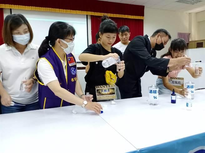 雲林家扶夏令營活動,學生製作消毒水落實防疫工作。(張朝欣攝)