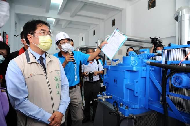 台南市長黃偉哲(左)24日視察永康抽水站。(水利局提供/李宜杰台南傳真)