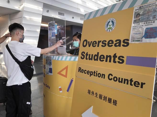 入境桃園機場外籍學生,先到機場校方的報櫃台報到後,再前往檢疫宿舍或是防疫旅館。(陳麒全攝)