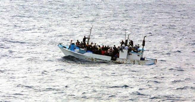 難民們也是費盡千辛萬苦才能搭上船逃離自己的國家。(圖/pixabay)