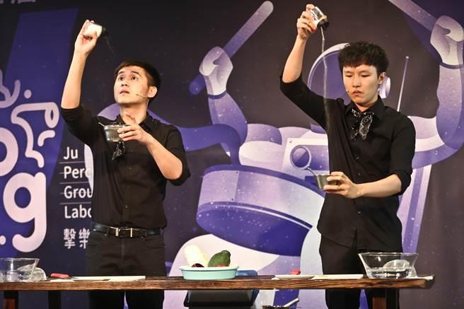 新生代打擊樂好手高瀚諺(左),近期編創擊樂劇場作品《一起來吃飯》,邊料理、邊演奏,獻給年初驟逝的父親。(劉宗龍攝)