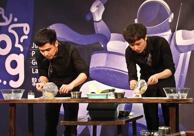 擊樂劇場作品《一起來吃飯》,演奏者在舞台上削馬鈴薯皮、洗米煮飯,實驗打擊樂的可能性。(劉宗龍攝)