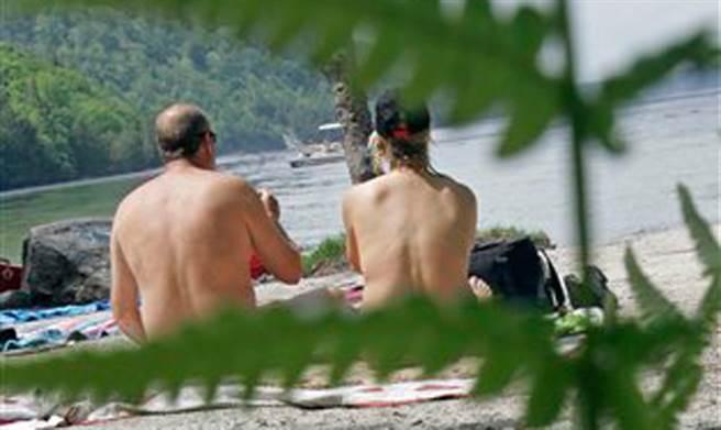 法國一處天體海灘爆發新冠疫情。圖為一處天體海灘。(美聯社)