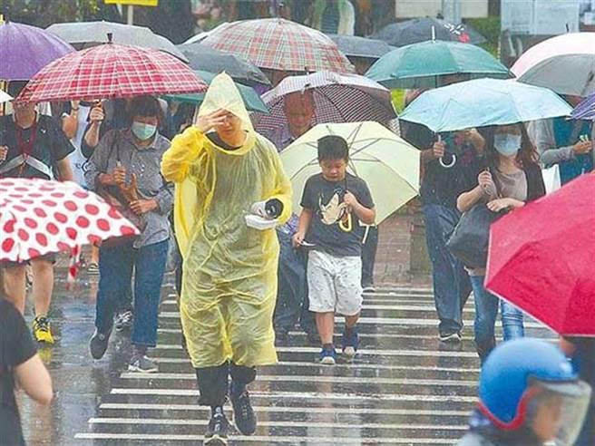 明天中南部嚴防整天性大雨。(資料照)