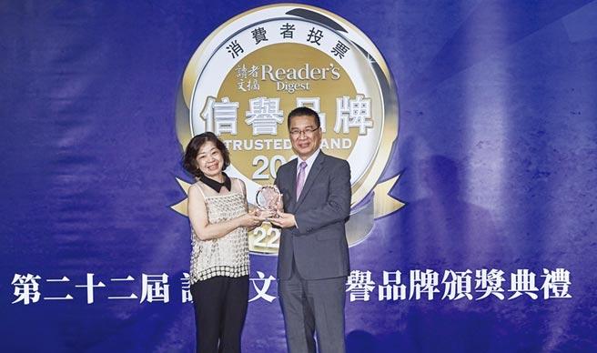 歐德集團協理陳玫瑰(左)接受內政部長徐國勇(右)頒發獎座。圖/業者提供