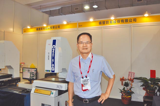 年年參展台南自動化機械展的儀豐貿易公司,總經理溫明輝除了親駐展場為客戶介紹該公司量測設備之外,也趁機跟進場參觀的產業界朋友敘舊。圖/郭文正
