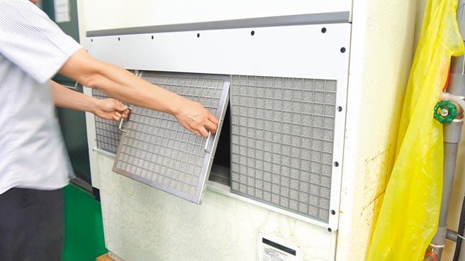 機械廠房內的粉塵油霧是造成冷氣空調故障的主因之一,在進氣口改裝或是加裝「NF-AC空調進氣口油霧過濾系統」可以降低冷氣故障率,及過度浪費的耗材費用,最重要的是賺到健康!圖/庫林公司提供