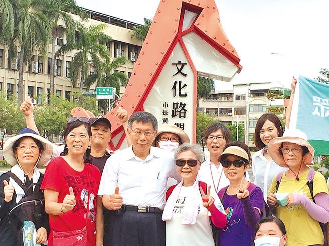民眾黨主席柯文哲(前排左三)到嘉義市小旅行,受到民眾歡迎。(廖素慧攝)
