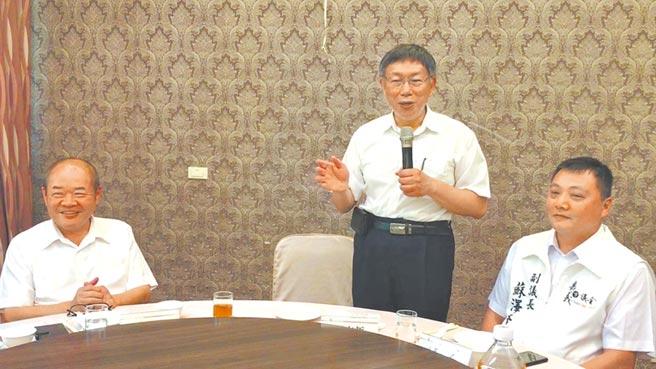 民眾黨主席柯文哲(中)與嘉義市議長莊豐安(左)、副議長蘇澤峰餐敘。(廖素慧攝)