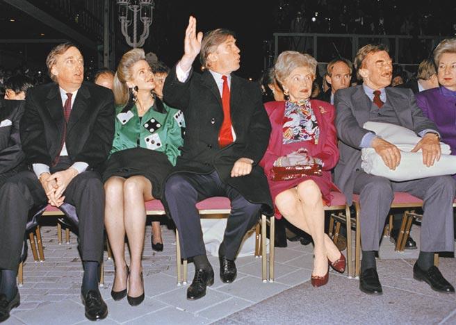 川普(中)在23日福斯新聞網播出的訪談中再度對陸撂狠話。圖為1990年4月,川普和家人,出席川普在大西洋城賭場酒店的開幕典禮。(美聯社)