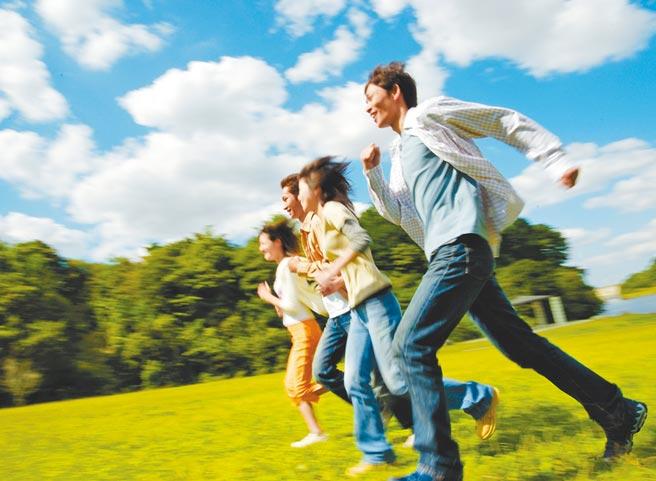 新冠肺炎全球肆虐,「健康自主新生活」是疫後新顯學,外溢保單成了小資族的最愛。(南山人壽提供)