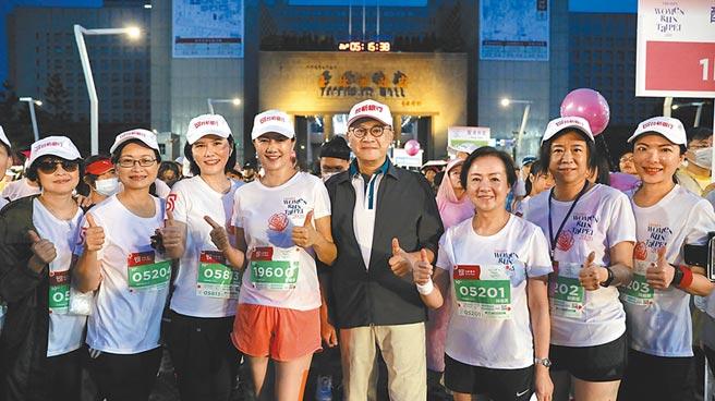 台新銀行冠名贊助的2020台新女子路跑10公里組,由台新金控董事長夫人彭雪芬(左四)領跑,台新金控董事長吳東亮(右四)特地到場加油。(台新提供)