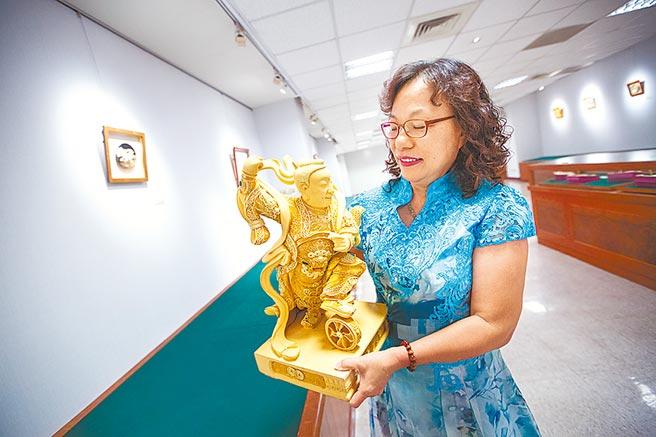 漆線雕是顯為人知的傳統妝佛工藝,楊琇文在男性為主的業界奮鬥34年,她的作品展現超高的細膩度,佛像的髮絲、身上的盔甲紋理精細又逼真。(袁庭堯攝)
