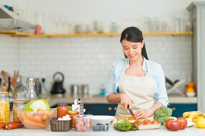 不少新鮮人首度外出租屋,開始學著下廚煮食。(CFP)