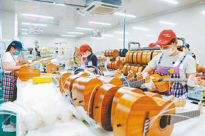 陸美經濟脫鉤加劇,台商須考慮布局第二條產業鏈,圖為福建漳州市南靖縣一家台資吉他工廠。(中新社)