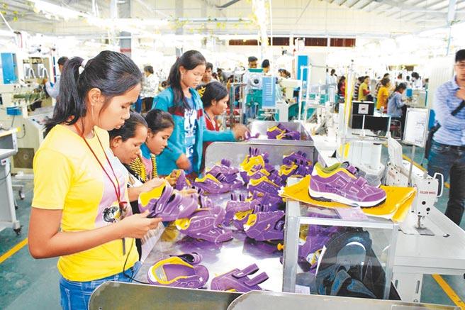 疫情造成斷鏈危機,台商開始建立第二生產鏈。圖為台商柬埔寨鞋廠。(本報系資料照片)