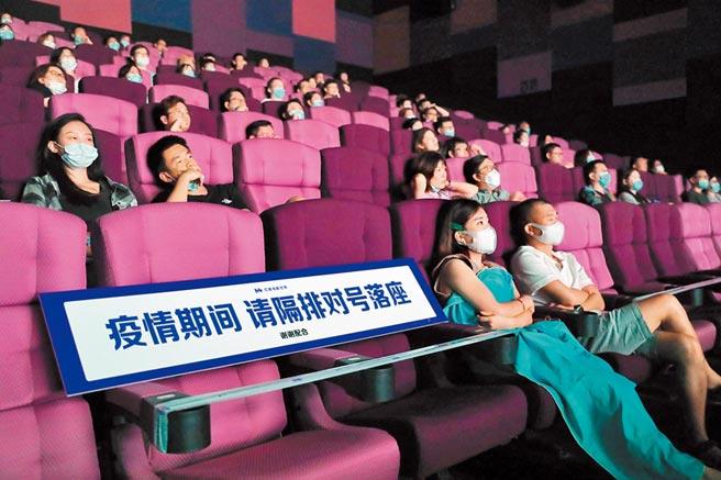 8月14日晚,電影《八佰》在上海部分影城提前點映。圖為放映廳內,觀眾保持安全的觀影距離。(中新社資料照片)