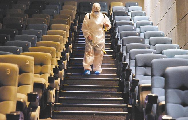7月底,河北省一家電影院的工作人員對放映廳進行消毒,為恢復營業做準備。(新華社資料照片)