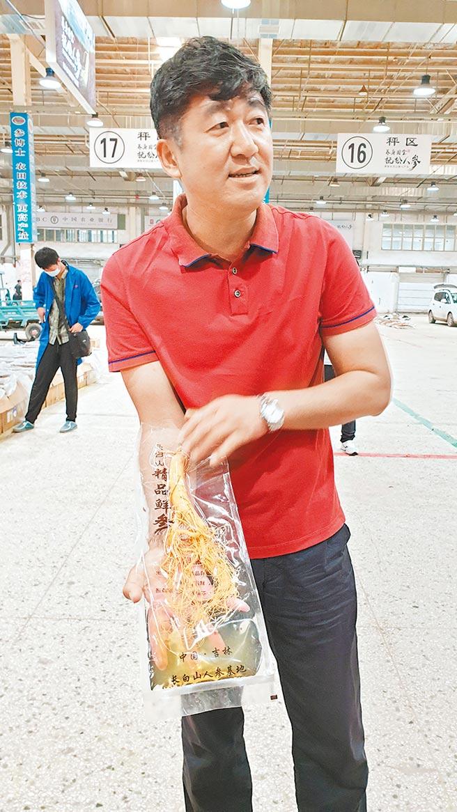 撫松發展投資集團有限公司副總經理喬晗展示商家販賣的「水參」,一袋40元人民幣,普通民眾也吃得起。(記者藍孝威攝)