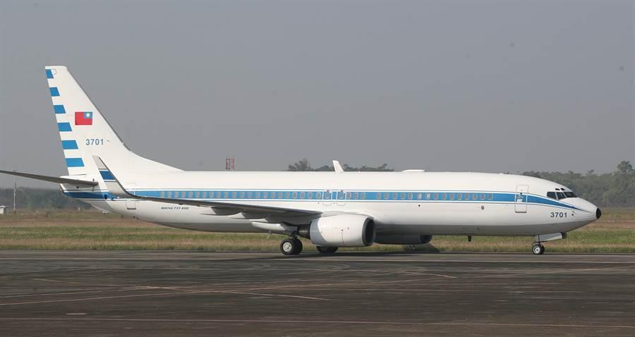 有媒體報導,蔡英文總統的專機和陸軍機一度相差約半個台灣的距離。民進黨立委王定宇直指,烏龍的成分比較高。圖為總統專機。(圖/鄭任南攝)